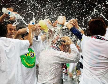 """<p>Japoneses dão um """"banho"""" no técnico Alberto Zaccheroni para comemorar</p>"""