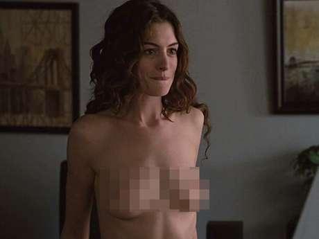 <p>Otra actriz asidua de los desnudos es Anne Hathaway. Por ejemplo en 'Secreto en la Montaña' (2005) y'De Amor y Otras Adicciones' (2009) muestra sus senos, pero eso sí, también su calidad actoral.</p>