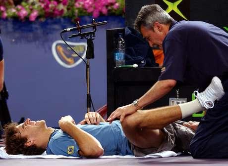 Cena de Guga recebendo tratamento em quadra foi constante na carreira; ele se submeteu em 2013 à terceira cirurgia no quadril