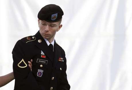 Bradley Manning é escoltado até a corte