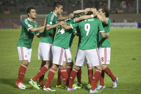 Jogadores do México comemoram vitória sobre a Jamaica