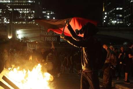 Protesto 'Se a tarifa aumentar São Paulo vai parar', contra o aumento das passagens de ônibus, trens e Metrô, terminou em confronto, no início da noite desta quinta-feira, em São Paulo