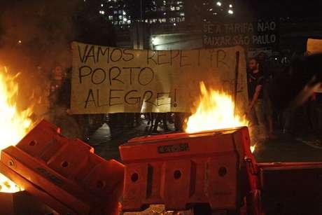 <p>De acordo com o Movimento Passe Livre, a PM reprimiu violentamente a manifestação, ferindo muitas pessoas</p>