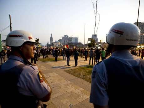 <p>Policiais militares observam concentração de manifestantes no Largo da Batata, em Pinheiros, no segundo dia de protestos em São Paulo</p>