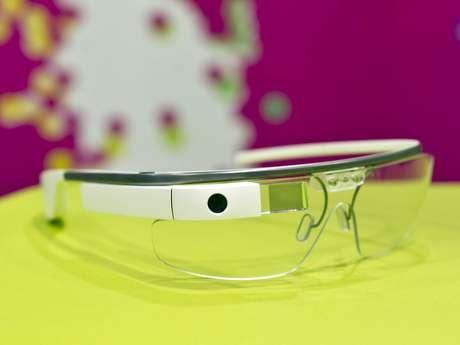 <p>Desenho do Google Glass é quadrado, lembra mais as armações daqueles antigos óculos de sol espelhados</p>