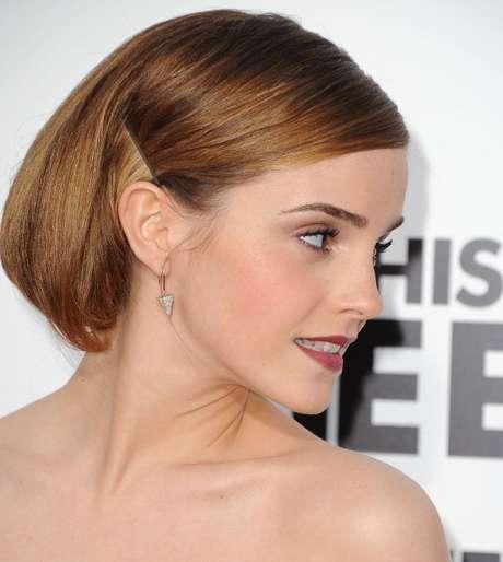 <p>Corte de cabelos, curto e que lembra o de um menino</p>