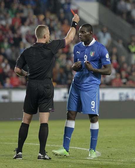 Balotelli foi expulso durante o empate sem gols entre República Checa e Itália em Praga