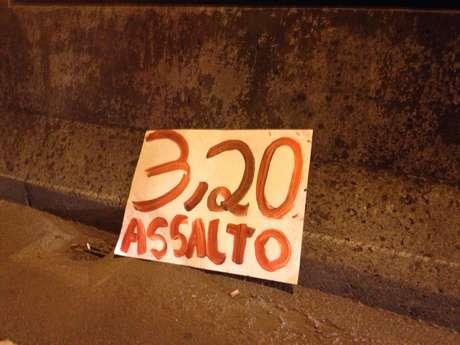 <p>Cartaz contra o aumento das tarifas foi abandonado por manifestantes na avenida Nove de Julho</p>