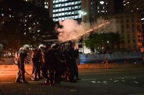 <p>A polícia acompanhou a manifestação com helicóptero e disparou bombas de gás lacrimogêneo</p>