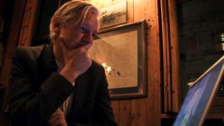 <p>Assange falou durante uma teleconferência de imprensa da embaixada do Equador em Londres, onde está refugiado há um ano</p>