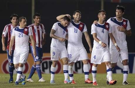 Gremista Vargas é felicitado por chilenos após marcar no 2 a 1 sobre o Paraguai, fora de casa