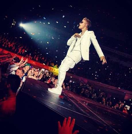 Justin Bieber recebe um sutiã de presente de uma fã