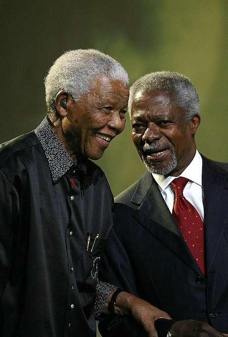 <p>Mandela conversa com o ex-secretário-geral das Nações Unidas, Kofi Annan (dir.), após lançar o grupo de notáveis mundiais The Elders em Johanesburgo, em 2007</p>