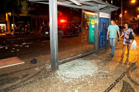 <p>A Polícia Militar afirmou que foi necessária a utilização de bombas de efeitos moral para conter atos de vandalismo durante o protesto</p>