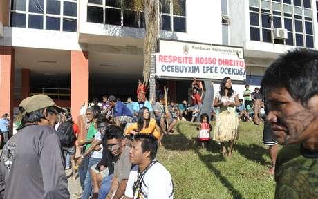 <p>Índios mundurukus acampados na sede da Funaireivindicam consulta prévia antes da construção de usinas hidrelétricas na região amazônica</p>