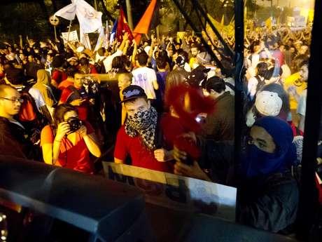 <p>Grupo picha mensagens de protesto em ônibus de São Paulo</p>