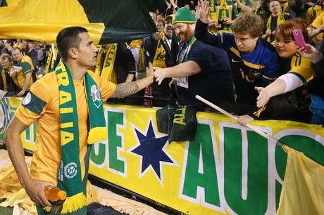<p>Tim Cahill cumprimenta torcedor após goleada da Austrália sobre a Jordânia em casa</p>