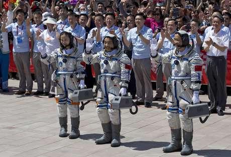 Wang Yaping, Zhang Xiaoguang e Nie Haisheng acenam para público que acompanhou sua partida