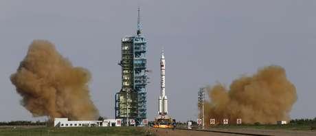 A espaçonave Shenzhou X deverá se acoplar com a base orbital Tiangong I para que os astronautas realizem experimentos e operações de conserto em seu interior.