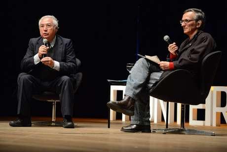 <p>Castells e o apresentador do evento, o jornalista Juremir Machado da Silva</p>