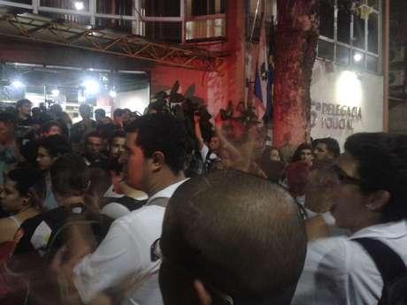 Um grupo de manifestantes se reuniu em frente à 5ª Delegacia de Polícia para protestar contra a prisão de pessoas que participaram de uma manifestação contra o aumento da tarifa do transporte público no Rio de Janeiro