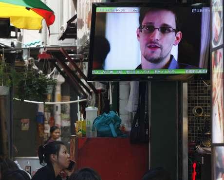 TV mostra um noticiário de Hong Kong sobre Edward Snowden