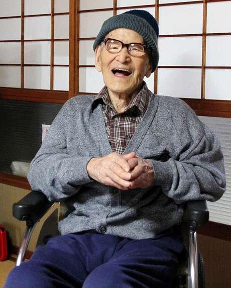Jiroemon Kimura sorri após ser reconhecido pelo Guinness como o homem mais velho do mundo, em 15 de outubro de 2012