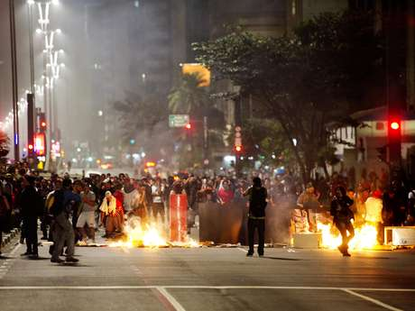 <p>Manifestantes fazem barreira queimando objetos durante protesto na terça-feira,em São Paulo</p>