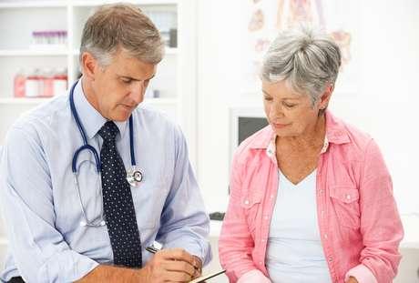 Durante la menopausia las glándulas salivales producen menos saliva por lo que se presenta sequedad bucal