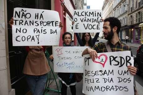 Brasileiros levaram cartazes para sede do governo francês e foram retirados pela polícia