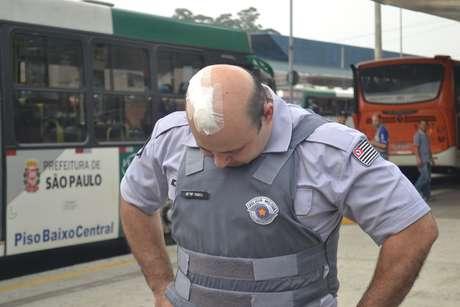 <p>Wanderlei Paulo Vignoli mostra ferimento causado por pedra arremessada por manifestantes</p>