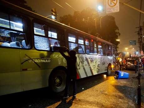 <p>Ônibus foram pichados ao longo do percurso dos manifestantes</p>