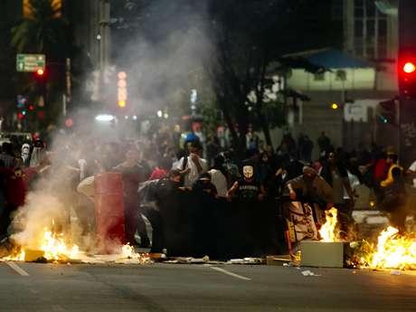 <p>Manifestantes também fizeram barricadas na rua durante protesto desta terça-feira</p>