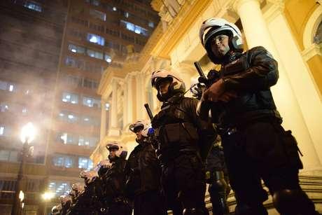 Guardas municipais montam guarda em frente à prefeitura de Porto Alegre