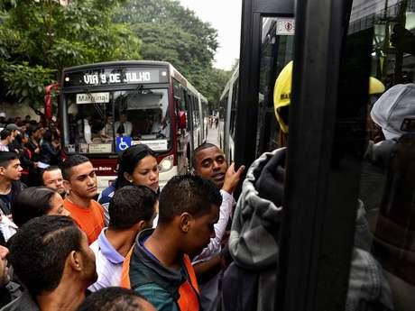 <p>Passageiros tentam entrar em ônibus lotados devido à greve da CPTM em São Paulo</p>