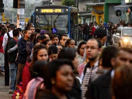 <p>Passageiros formam filas de ao menos 200 metros para pegar ônibus em São Paulo</p>