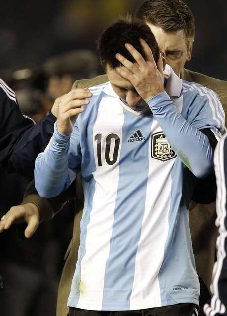 <p>Lionel Messi foi acusado nesta quarta-feira de sonegação fiscal na Espanha, onde teria deixado de declarar 4 milhões de euros às autoridades. Mesmo ainda sem comprovação, a acusação coloca o camisa 10 do Barcelona na lista de atletas que tiveram problemas com o fisco. Relembre nomes:</p>