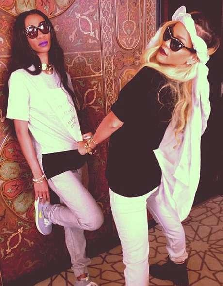 <p>Rihanna vuelve a dar de qué hablar al postear esta foto con su 'amiga' Melissa Forde. Se dice que Rihanna podría estar de romance con Forde después de su fallida relación con Chris Brown. La foto decía: 'Te quiero hasta la muerte'. No es la primera vez que a Rihanna se le vincula sentimentalmente con una mujer pero sus preferencias sexuales y la verdad sólo la sabe ella</p>