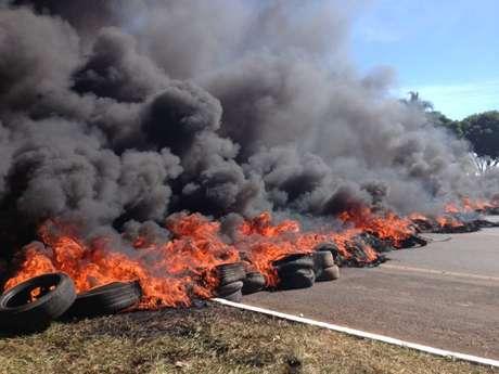 <p>Em Brasília, local da partida de abertura, manifestantes queimaram pneus</p>