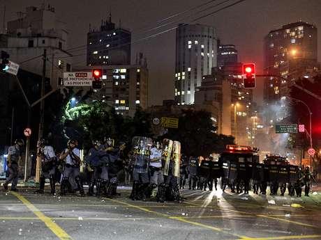 <p>A Polícia Militar reprimiu o protesto da noite de ontem com violência</p>