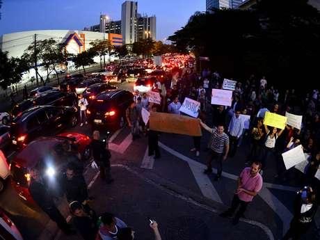 Manifestantes protestam em frente à Rede Globo em São Paulo