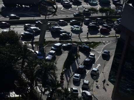 <p>Protesto em frente à sede da Rede Globo causou congestionamento na região da avenida Engenheiro Luís Carlos Berrini nesta sexta-feira</p>