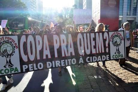 """<p>Os participantes do protesto trouxeram faixas com dizeres como """"Pelo direito à cidade"""" e""""Copa é prioridade, Brasil?""""</p>"""