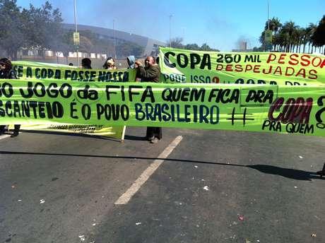 <p>Manifestantes protestam em Brasília na véspera do início da Copa das Confederações</p>