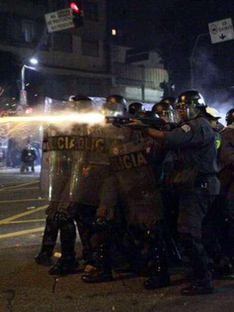 <p>Policiais disparam contramanifestantes no cruzamento das ruas Maria Antônia com Consolação</p>