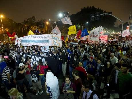 <p>Milhares de pessoas foram às ruas de São Paulo protestar contra o aumento da tarifa do transporte público</p>