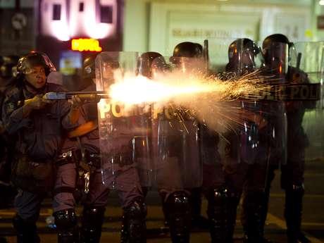 <p>Policial dispara tiros de bala de borracha contra manifestantes</p>