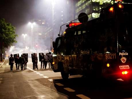 <p>Policiais atacarammanifestantes com bombas de feito moral e tiros de bala de borracha na noite de quinta-feira</p>
