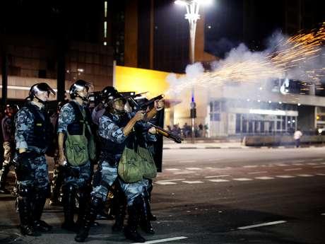 <p>PM atira contra manifestantes durante protesto na capital paulista na última quinta-feira</p>