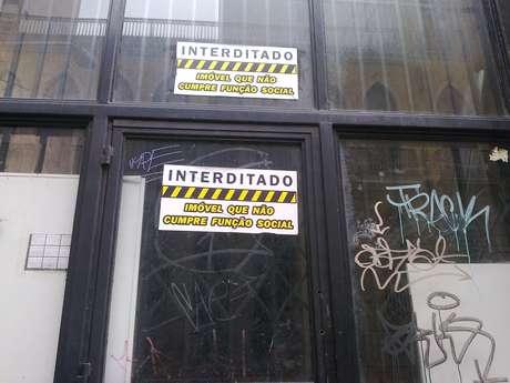 <p>Uma das reivindicações dos manifestantes é o déficit de moradia na cidade; prédios abandonados são alvo de protesto</p>